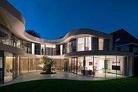 خانه با حیاط مرکزی و انرژی تجدید پذیر