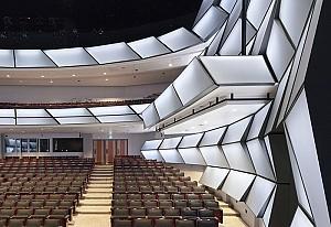 معماری آمفی تئاتر با گنجایش 1900 نفر