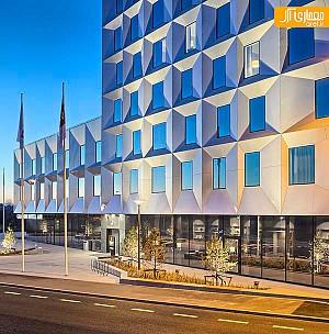 معماری و طراحی داخلی هتل با چشم انداز ساحلی