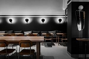 طراحی داخلی رستوران با تم رنگی تیره و مبلمان چوبی