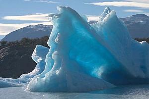چشماندازی متفاوت از کوههای یخی شناور