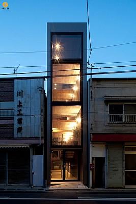طراحی داخلی و معماری ساختمان کوچک به عرض 2/5 متر