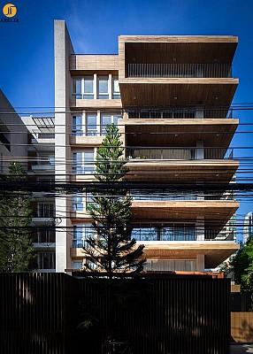 طراحی و معماری آپارتمان مسکونی هفت طبقه: استفاده از صفحات سیمانی به جای چوب در نما!