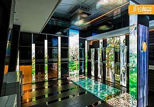 طراحی داخلی لابی بانک با صفحات نمایش دیجتال