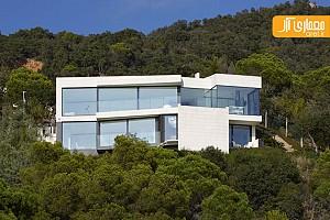 معماری و طراحی داخلی ویلا بر روی شیب تند