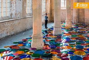 طراحی خلاقانه گالری با استفاده از آینه های رنگی
