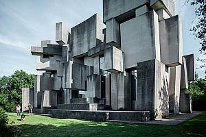 کلیسای بروتالیست نامأنوسی که طراحی اش بیشتر هنر است تا معماری