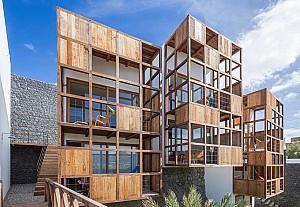 تکمیل نماهای هتل با معماری اسپانیائی و متریال چوب