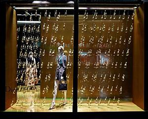 نمایش محصولات برند Dior در طراحی خلاقانه ویترین های مد Harrods در لندن