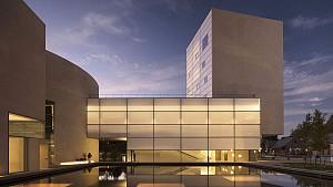 از جزئیات طراحی بناها چه می دانید؟ بررسی مجموعه هنری Lewis اثر استیون هال