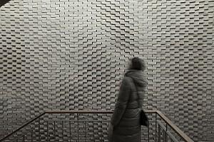دیوار آجری الهام گرفته از امواج صدا بر روی آب