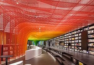 دکوراسیون داخلی کتابفروشی رنگین کمان با چندین متریال