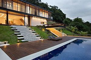 ویلای ساحلی تریبلکس با معماری لوکس و مدرن