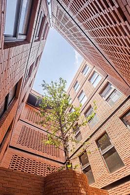 آپارتمان مسکونی با نمای آجری مدرن