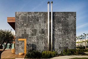 طراحی ویلا کنار دریا با ترکیبی از چوب، سنگ و شیشه