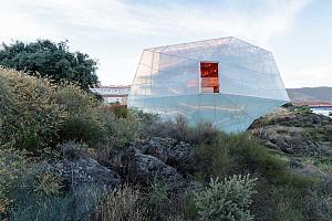 معماری تالار کنفرانس و آمفی تئاتر در پس احترام به طبیعت