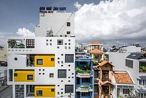 طراحی مدرن و خلاقانه ساختمان HVB در زمینی با ابعاد نامتعارف