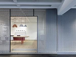 طراحی شرکت با تغییر گاراژ به یک دفتر کار مدرن