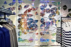طراحی مرکز خرید با پنل های  سفید آلومنیومی و شیشه های رنگی