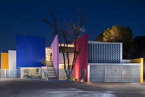 طراحی خانه رنگی مدرن با تأثیرپذیری از معماری بومی مکزیک