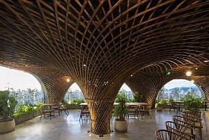 طراحی کافی شاپ در بام یک ساختمان با گنبدهای بامبو