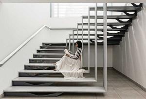 طراحی پنت هاوس دوبلکس با راه پله انتزاعی