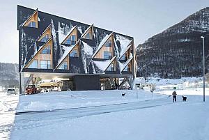 طراحی هتل کوهستانی با پنجره هایی الهام گرفته از قله ها