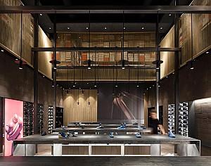 طراحی داخلی فروشگاه کفش با هویتی غالب بر 4 عنصر