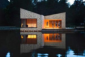 سالن سونا معلق بر روی دریاچه، و غرق در کوهستان های نروژ