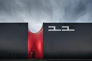 قدرت رنگ قرمز و مشکی در طراحی نمایشگاه