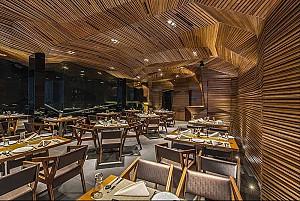 طراحی رستوران و کلوپ شبانه انتزاعی، غرق در آلومینیوم و چوب