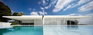 ویلای دوبلکس مینیمال با سقفی بر روی دیوارهای شیشه ای