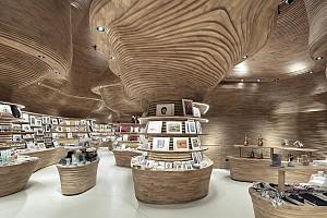 طراحی داخلی فروشگاه با ایده خاص چوب های منحنی
