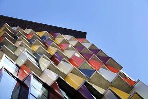 نمای پارامتریک ساختمان مسکونی-تجاری با موزاییک های رنگی