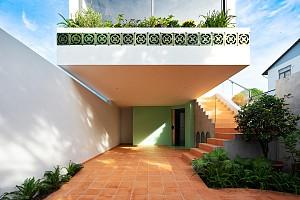 معماری و طراحی داخلی خانه ای با پلان باریک مستطیلی