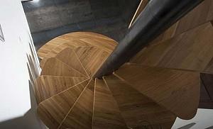 طراحی راه پله مارپیچ چوبی توسط طراح فرانسوی