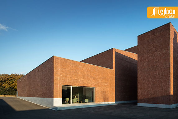 معماری ساختمان مرکز شهر با متریال آجر قرمز توسط آلوارو سیزا