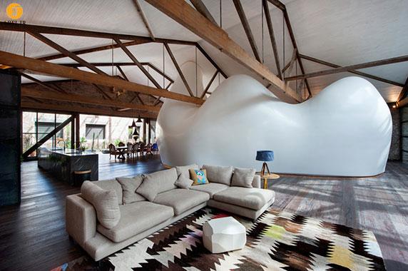 بازسازی و دکوراسیون داخلی منزل با قرار دادن یک پوسته سفید وسط ساختمان