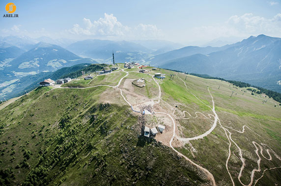 طراحی و معماری موزه بتنی در ارتفاعات کوه توسط زاها حدید