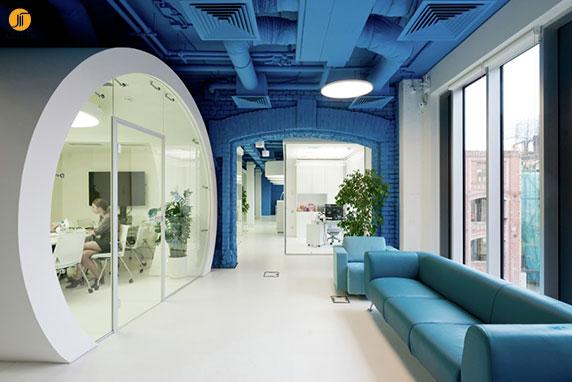 ترکیب رنگ سفید و آبی در طراحی داخلی دفتر اداری