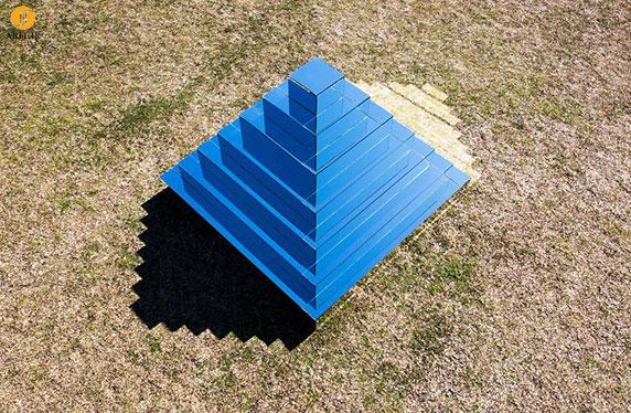 طراحی زیگورات با آینه برای پیوند دادن زمین به آسمان