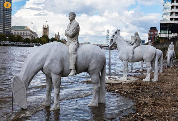 طراحی مجسمه های 4 اسب سوار در کنار رودخانه تایمز لندن