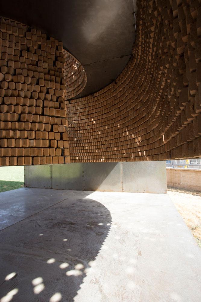 نصب غرفه با آجرهای معلق در شیراز
