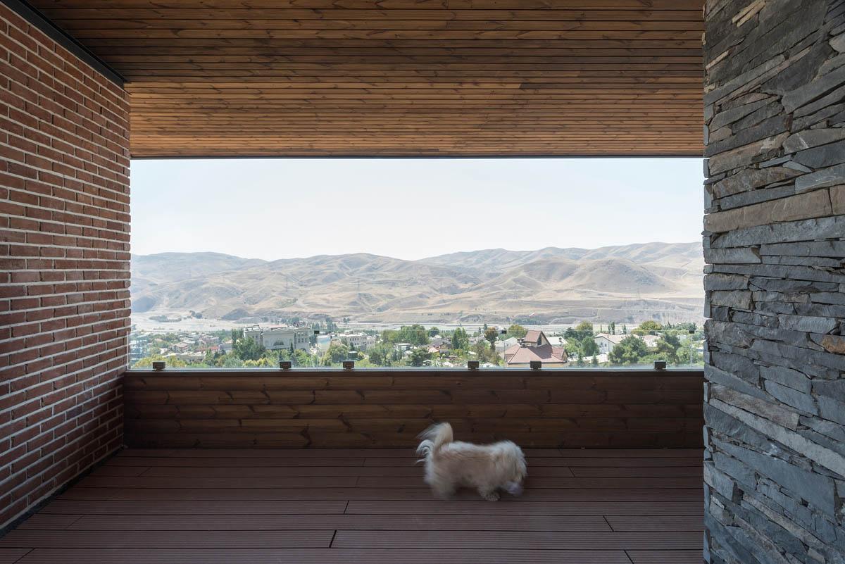 ترکیب چوب و سنگ در نمای ساختمان خانه آپارتمان لواسان