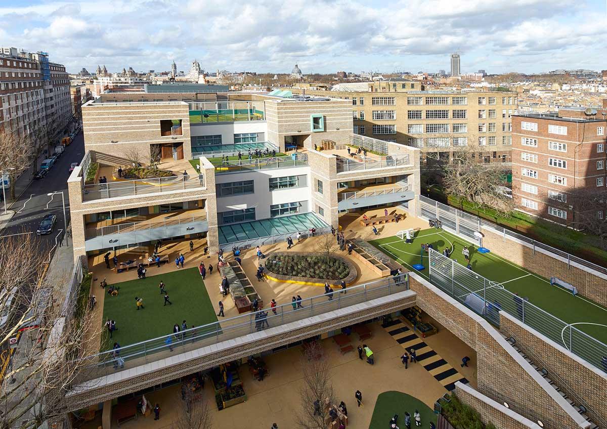 معماری مدرسه ابتدای با فضاهای اختصاصب برای دانش آموزان کوچک و بزرگ